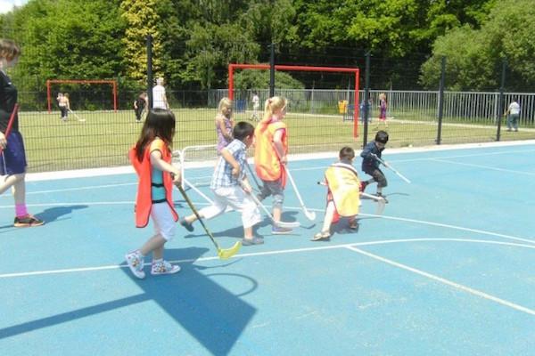 Kinderen die floorball spelen, leren beter