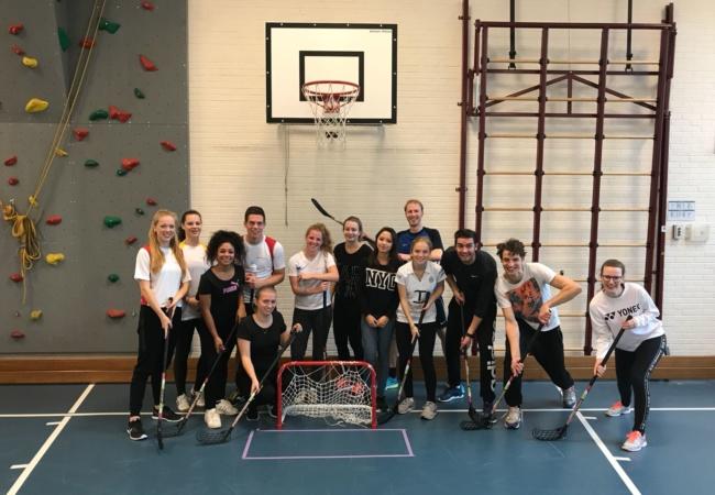 Sportieve en gezonde scholen spelen floorball!
